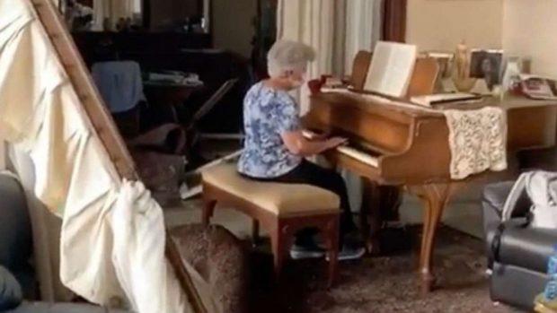 Seorang Nenek Bermain Piano di Tengah Kerusakan Ledakan Beirut: Simbol Harapan dan Kedamaian